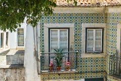 Den hemtrevliga Alfama balkongen och fönstret lisbon portugal fotografering för bildbyråer