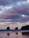 Den Hendaye stranden med två kopplar samman i bakgrunden, Fr Arkivfoton
