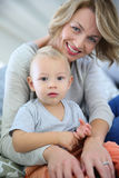 Den hennes barnmodern som rymmer, behandla som ett barn pojken Royaltyfri Fotografi