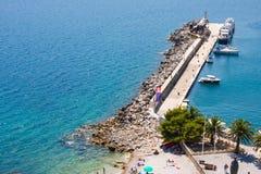 Den Herceg Novi hamnpir, ankringen och havspölen i Boka Kotorska skäller arkivfoto