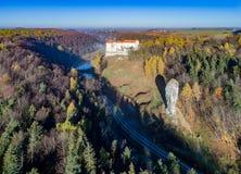 Den Hercules klubban vaggar och den Pieskowa Skala slotten nära Krakow, Polen Arkivfoton