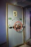Den hermetiska dörren av en övergiven sovjet bombarderar skyddet, ett eko av kalla kriget royaltyfri bild