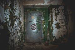 Den hermetiska dörren av en övergiven sovjet bombarderar skyddet, ett eko av kalla kriget arkivfoto