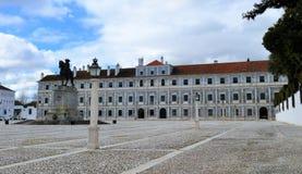 Den hertigliga slotten av Vila Viçosa och konungstatyn arkivfoton