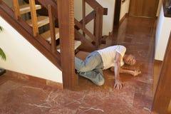 Den höga mannen avverkar ner trappan Arkivfoton