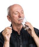 Den höga mannen önskar att ta en preventivpiller Arkivfoto