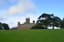 Den Highclere slotten och parkerar - den huvudsakliga mötesplatsen av den TV-serieDownton abbotskloster Royaltyfri Bild