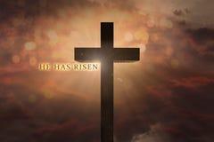 Den himla- platsen med Jesus Christ träkorset som höjas på himlen och honom, har uppstigen text på en solnedgångbakgrund arkivfoto