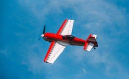 In den Himmel das Flugzeug SU 31 fliegen Stockbild