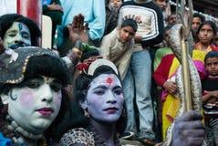 Den hinduiska festivalen med män klädde som gudar som rymmer en orm Royaltyfri Bild