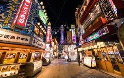 Den Hinseikai gatan är en av den mest livliga utelivplatsen i Osaka Royaltyfria Bilder