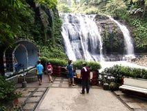 Den Hinulugang Taktak naturen parkerar i den Taktak vägAntipolo staden, Filippinerna royaltyfri foto