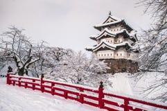 Den Hirosaki slotten och dess röda träbro i vinter kryddar, Aomo royaltyfri fotografi