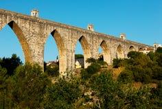 Den historiska akvedukten i staden av Lisbon byggde i 18th århundrade, P Arkivfoto