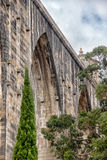 Den historiska akvedukten i staden av Lisbon byggde i 18th århundrade, P Arkivbild