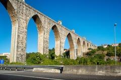 Den historiska akvedukten i staden av Lisbon byggde i 18th århundrade, P Royaltyfri Fotografi