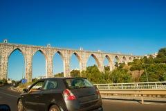 Den historiska akvedukten i staden av Lisbon byggde i 18th århundrade, P Royaltyfri Bild