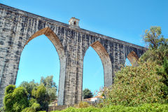 Den historiska akvedukten i staden av Lissabon byggde i det 18th århundradet Arkivfoton
