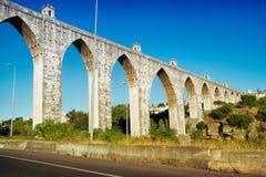 Den historiska akvedukten i staden av Lissabon byggde i det 18th århundradet Arkivbilder
