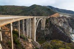 Den historiska Bixby bron.  Stillahavskustenhuvudväg Kalifornien Arkivfoton
