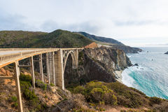 Den historiska Bixby bron Stillahavskustenhuvudväg Kalifornien Arkivfoto