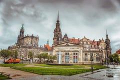 Den historiska delen av staden av Dresden efter regnet Zwinger germany arkivbilder