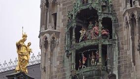 Den historiska glockenspielen på Marienplatz, Munich, Tyskland - del 03 stock video