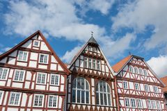 Den historiska halvan timrade hus med blå himmel och moln Arkivfoton