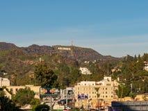 Den historiska Hollywood teckensikten som tas från den Hollywood blvden skallr affischtavlor arkivbilder