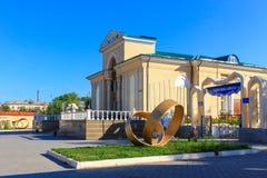 Den historiska huvudsakliga ingången till den stora bioteatern, kallade Wostok med monument Ingången och valvgången till Kioen pa royaltyfri fotografi
