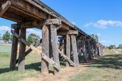 Den historiska järnväg bockbron på vintrar sänker, nära slott royaltyfria bilder
