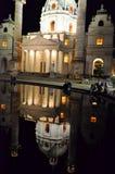 Den historiska kyrkan i Wien reflekterade i sjövatten Fotografering för Bildbyråer