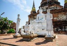Den historiska mausoleet och buddha statyer återstår i Phra Nakhon si Ayutthaya, på Wat Yai Chai Mongkol Thailand, en av de beröm Royaltyfri Foto