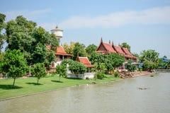 Den historiska mausoleet och buddha statyer återstår i Phra Nakhon si Ayutthaya, på Wat Yai Chai Mongkol Thailand, en av de beröm Fotografering för Bildbyråer