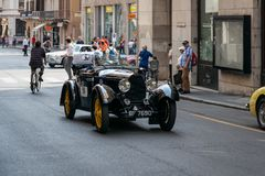 Den historiska Mille Miglia 1000 mil biltävling i den Brescia staden, Italien Gammalmodig Bugatti bil arkivbild