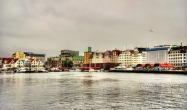 Den historiska mitten av Bergen ovanför den Vagen fjärden Royaltyfri Foto