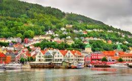 Den historiska mitten av Bergen ovanför den Vagen fjärden Royaltyfri Fotografi