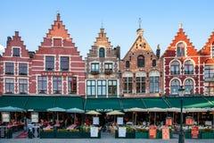 Den historiska mitten av Bruges och de färgrika byggnaderna arkivbild