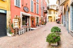 Den historiska mitten med typiska stänger, restauranger och shoppar i Luino, Italien Arkivfoton