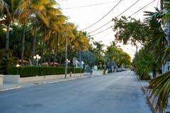 Den historiska och populära mitten och Duval gatan i i stadens centrum Key West Royaltyfri Bild