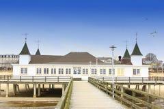Den historiska pir av Ahlbeck, Östersjön royaltyfri foto