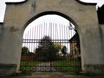 Den historiska porten med himmel och vägen för hus Arkivfoton