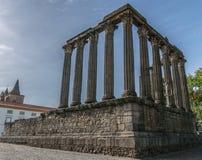 Den historiska roman templet fördärvar i Evora Portugal royaltyfri fotografi