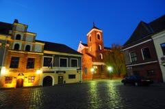 Den historiska sguaren i Kaunas på natten royaltyfri foto