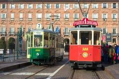 Den historiska spårvagnen stoppar i piazza Castello, huvudsaklig fyrkant av Turin Italien arkivbilder
