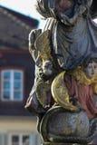 den historiska springbrunnen specificerar prydnader och anmärker arkivbilder