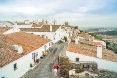 Den historiska staden av Monsaraz lokaliserade på kullen i Alentejo, Portu Arkivbild