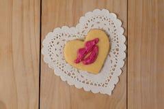 Den hjärta formade kakan som överträffades med den rosa kanten, formade kräm Royaltyfria Foton