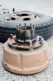 Den hjulnavet och lastbilen tröttar i process av muttern för det ändrande hjulet Royaltyfria Foton