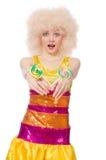 Den hållande lollypopet för lockig kvinna som isoleras på vit Arkivbilder